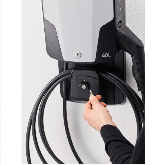 ABL eMH1 mit angeschlagenem Kabel - Produktbild inkl. Montagebracket und Schlüsselschalter